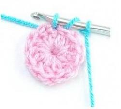 Способ незаметного соединения начала и конца рядов при вязании по кругу столбиками с накидом.
