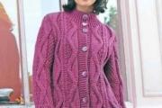 Пальто цвета фуксии связанное спицами для женщин, схемы вязания