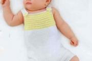 Вязаный спицами комбинезон с желтыми полосками для новорожденных