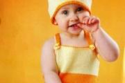Разноцветный комплект для малышей. Вязание малышам до года, схемы и описание